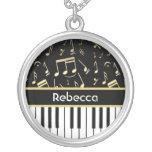 Negro y oro de las notas musicales y de las llaves colgante redondo