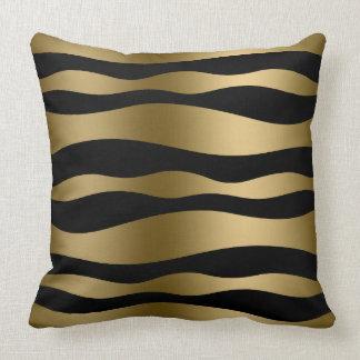 Negro y rayas onduladas abstractas del oro cojines