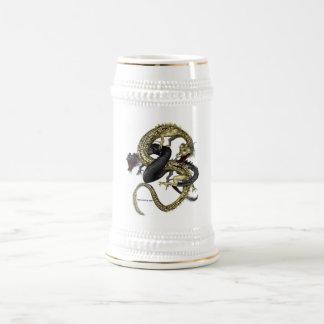 Negro y taza de los dragones del oro