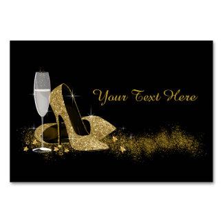 Negro y zapato del tacón alto del oro