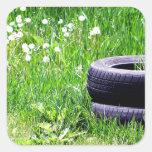 Neumáticos abandonados calcomanías cuadradass