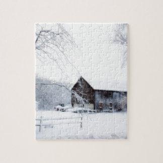 Nevado en granero del navidad puzzle