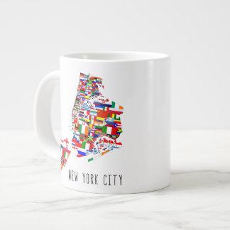 New York City señala la taza por medio de una