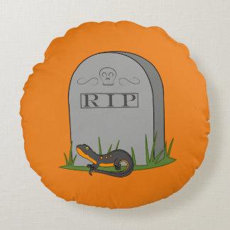 Newt negro y anaranjado con la piedra del sepulcro cojín redondo