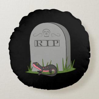 Newt negro y rosado con la piedra del sepulcro del cojín redondo