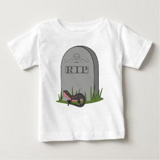 Newt negro y rosado con la piedra del sepulcro del playeras