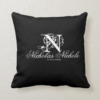 Nicholas Nichole su y su almohada del Marca-Tiro