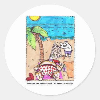 Nick y el oso Chillin en la playa Pegatina Redonda