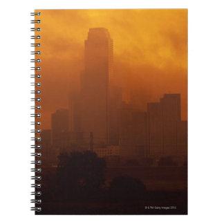 Niebla con humo en la ciudad cuadernos