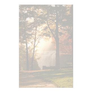 Niebla de la cascada de los otoños papelería