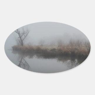 Niebla de la madrugada pegatina ovalada