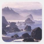 Niebla de la mañana a lo largo de la costa de calcomanía cuadradas personalizadas