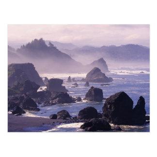 Niebla de la mañana a lo largo de la costa de postal