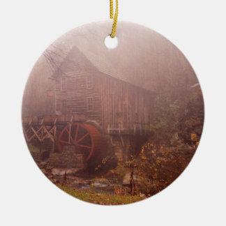 Niebla de la mañana adorno redondo de cerámica