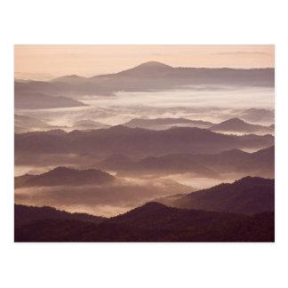 Niebla de la mañana en el apalache meridional postal