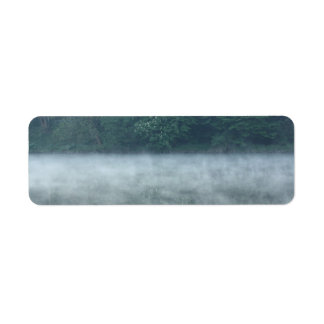 niebla de la mañana en el río etiqueta de remite