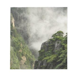 Niebla entre los picos y los valles del Gran Cañón Blocs