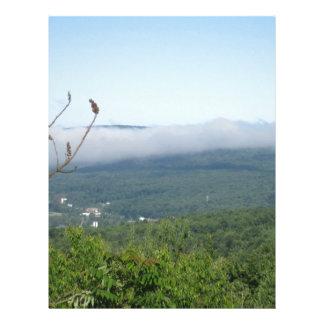 Niebla que asume el control el valle abajo plantillas de membrete