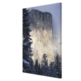 Niebla que envuelve la montaña impresión en lienzo