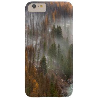 Niebla Rolls adentro en árboles de alerce del Funda De iPhone 6 Plus Barely There