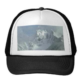Niebla sobre el top de la montaña gorras