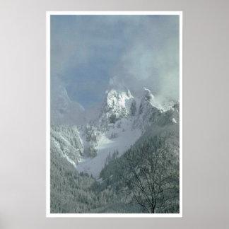 Niebla sobre el top de la montaña póster