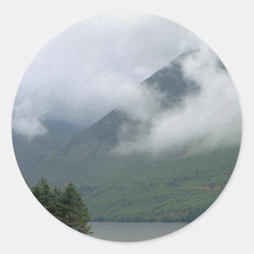 Niebla sobre Loch Ness, Escocia septentrional Pegatina Redonda