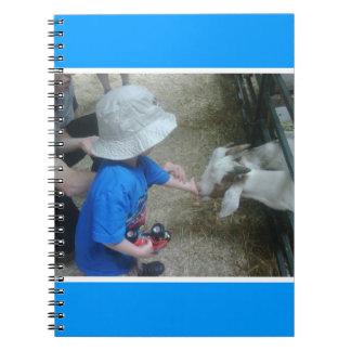 Nieto que alimenta las cabras libro de apuntes con espiral