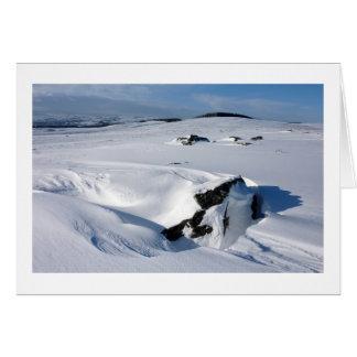 Nieve acumulada por la ventisca en la asignación tarjeta de felicitación