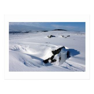Nieve acumulada por la ventisca en la asignación tarjeta postal