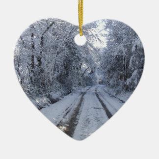 Nieve de la carretera nacional adorno navideño de cerámica en forma de corazón