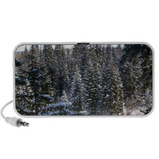 Nieve en árboles de hoja perenne altavoces de viaje