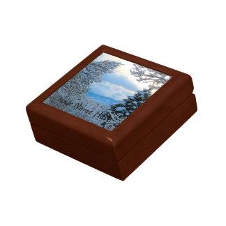 Nieve en árboles de pino en las montañas rocosas caja de regalo cuadrada pequeña