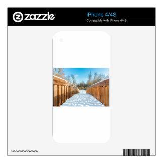 Nieve en el puente de madera en bosque calcomanías para el iPhone 4