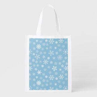 Nieve en fondo azul claro bolsa para la compra