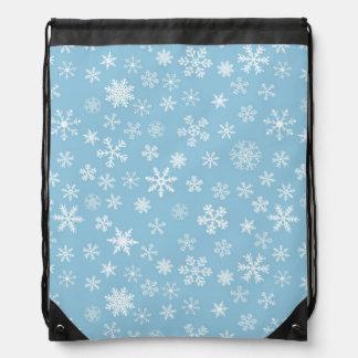 Nieve en fondo azul claro mochila