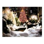 Nieve en la postal de centro del árbol de navidad