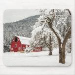 Nieve fresca en granero rojo alfombrilla de raton