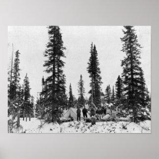 Nieve que acampa al norte del Círculo Polar Ártico Poster