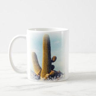Nieve que cae en Saguaro Tazas De Café