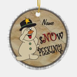 Nieve que mira a escondidas el muñeco de nieve ornamentos de reyes