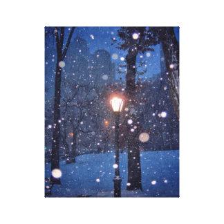 Nieve que remolina alrededor de una farola impresión en lienzo