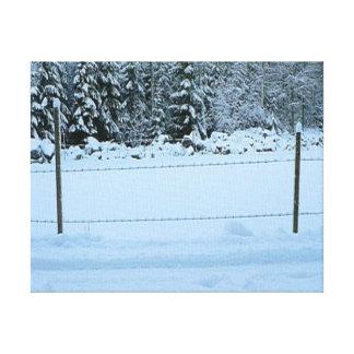 Nieve y la cerca del alambre de púas impresiones en lona estiradas