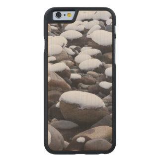 Nieve y rocas, parque nacional del Monte Rainier Funda De iPhone 6 Carved® De Arce