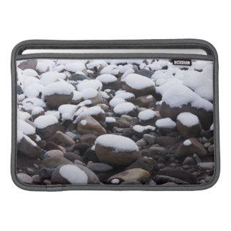 Nieve y rocas, parque nacional del Monte Rainier Funda MacBook