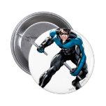 Nightwing con las armas pin redondo de 2 pulgadas