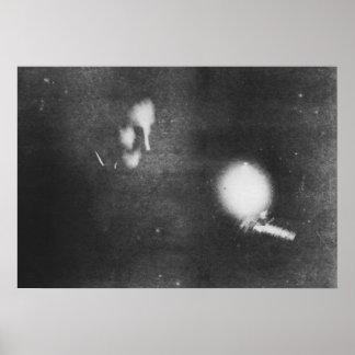 Nikola Tesla con el bulbo fosforescente, 1894 Póster