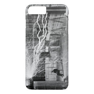 Nikola Tesla en su laboratorio de Colorado Funda iPhone 7 Plus