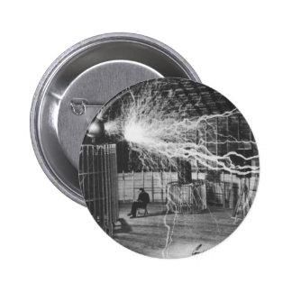 Nikola Tesla en su laboratorio de Colorado Springs Pin Redondo 5 Cm