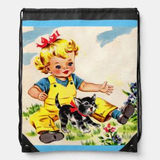 niña adorable con el pequeño gatito adorable mochilas